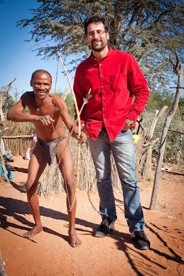 Nandi junto a un Bushman.