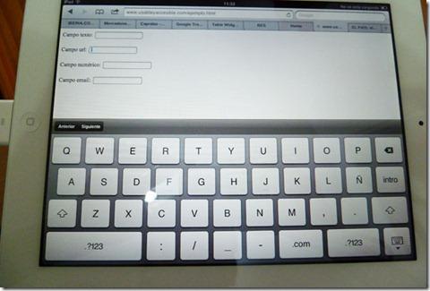 Formulario con el foco en un campo url: se muestra el teclado con letras, tecla .com y otros signos de puntuación como : /