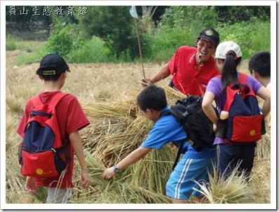 誰在稻草堆裡面?