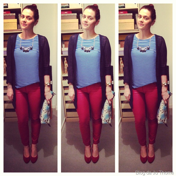 look calça burgundy, blusa listrada, sapato vermelho, clutch estampa de cobra e maxi colar renner (2)