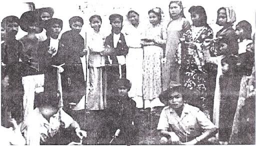 Trưởng Bùi Ngọc Bách với đội văn nghệ hóa trang GĐPT Vĩnh Yên (Bắc Việt) - 1952