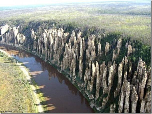 位於俄羅斯的梨納河,一邊全是石柱,而另一邊則是平坦的草原。