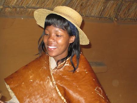 Obiective turistice Africa de Sud: fata imbracata traditional sud-african