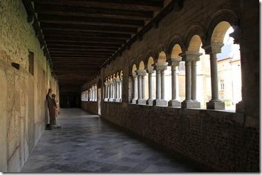 聖母教会の裏側にある庭を囲む柱廊