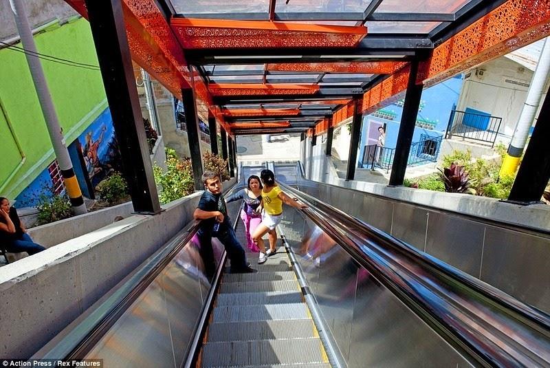 medellin-comuna-13-escalator-2