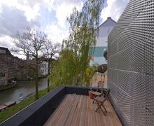 Terraza-piso-madera-fachada-de-aluminio