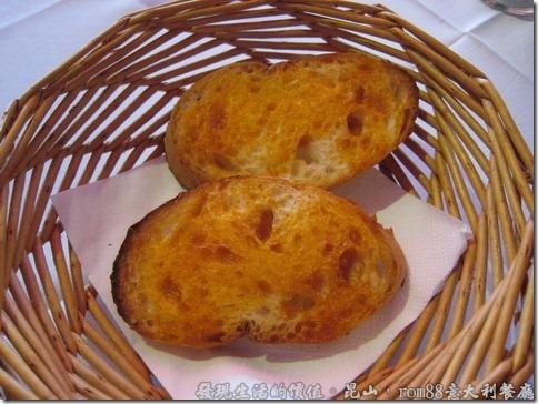 昆山rom88意大利餐廳,套餐附了兩片蒜味法國麵包,烤得酥脆,但外觀並不怎麼討喜。