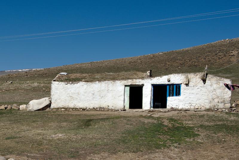 O casa tipica, asemanatoare cu cea in care am dormit. 2 camere, acoperis de iarba. Hobbit style