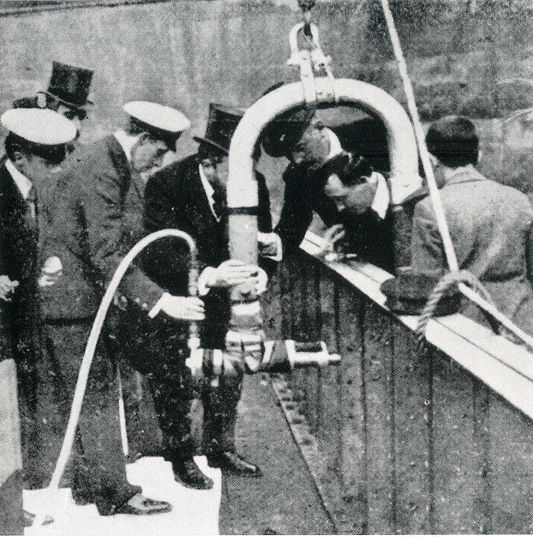 Alfonso XIII y los Sres. Aznar y Sota, colocando el famoso remache del CABO BLANCO. Foto del libro LA INDUSTRIA NAVAL VIZCAINA.jpg