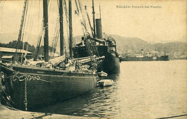 El VELOZ atracado en Málaga. Por su popa el turret ENFIELD. Postal.JPG