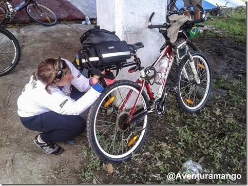 Cláudia faz os ajustes na bike