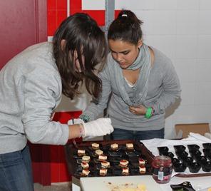 Los alumnos de 3º y 4º de la ESO del instituto Benjamín Jarnés (Sección Belchite) aprenden a cocinar en un taller de cocina para principiantes.