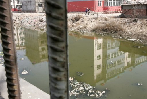 This file photo shows a polluted river, once used for swimming by local youths, in Liukuaizhuang Village in Tianjin, southeast of Beijing, on 16 March 2006. China's environment ministry has acknowledged the existence of 'cancer villages', several years after widespread speculation first began that polluted areas were seeing a higher incidence of the disease. Photo: AFP / File