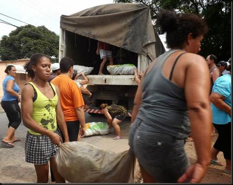 Comunidade são Jorge esperando os alimentos.jpg 3