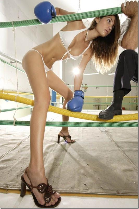 Garotas sexys lutando boxe de biquíni (2)