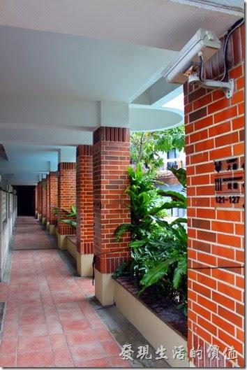 冒煙的喬雅客商旅飯店大致上以游泳池為中心,客房大約有三分之二圍繞著游泳池,其餘的部份則以迴廊來取代。