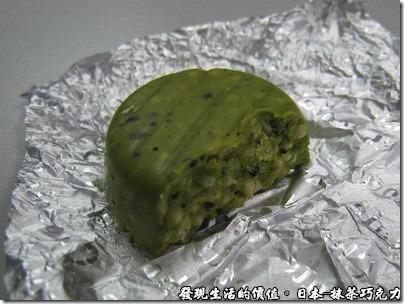 日本-抹茶巧克力,咬下一口之後有種吃餅乾的爽快感覺,所以從裡到外都是巧克力摻雜芝麻。