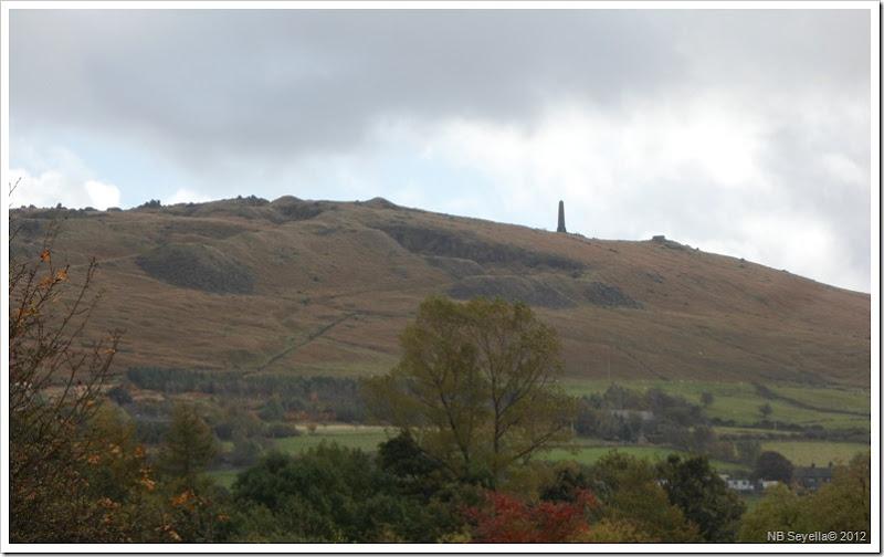 SAM_3975 Obelisk above Uppermill