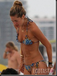 doutzen-kroes-in-a-blue-bikini-at-the-beach-in-miami-09-675x900