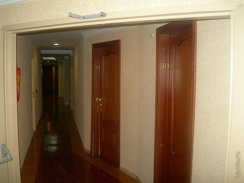 Hotel Terramarina (ex. Carabela Roc). La Pineda. Costa Dorada. Spain. Двери номеров в таких уступах потому, что номера под углом к оси отеля, для обеспечения seaview во всех номерах.