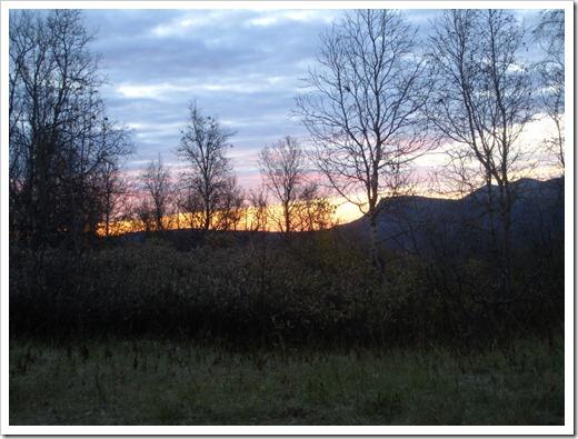 Klockan är 06:06 och solen är på väg upp. Jag bestämmer mig för att somna om en stund.