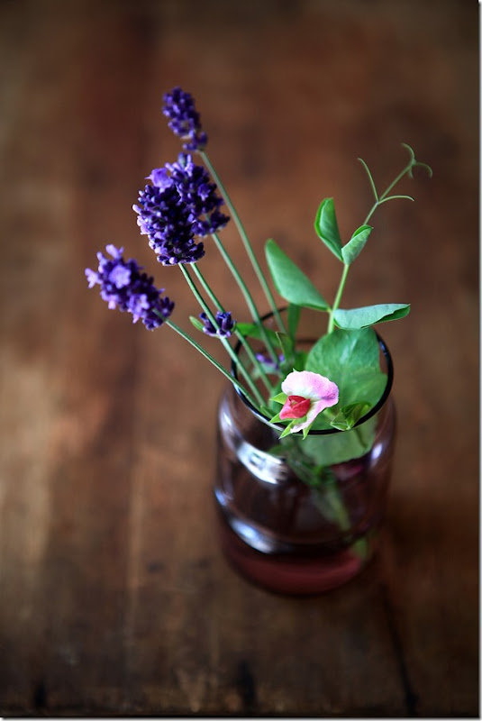 fioletowy groszek w sałatce z bobem, groszkiem zielonym, quinoa i ogórkirm kiszonym pod parmezanową chmurką (2)