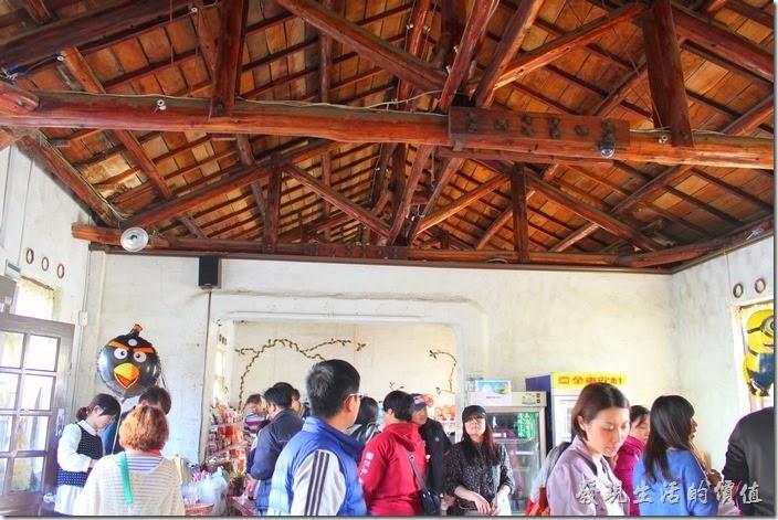 錢來也雜貨瓦斯行的店內屋頂還保留以前的木造樑柱,商店內販賣的是童趣的商品。