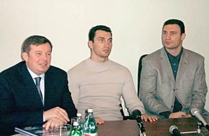 Братья Кличко рекламируют кандидата в нардепы Игоря Бакая
