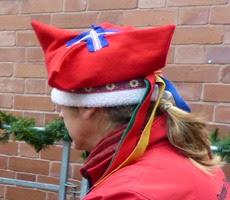 Custard Factory, Birmingham, саамская шапка на голове служителя тоже с четырьмя углами, как и польская фуражка