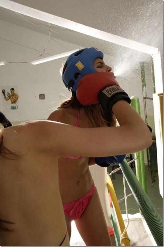 Garotas sexys lutando boxe de biquíni (7)