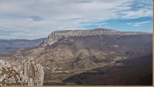 San Donato desde el farallón de Urbasa