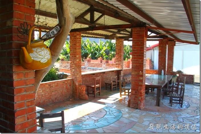 台南-土溝村。這裡原本應該是某戶人家的豬寮,現在則成了可以乘涼休息泡茶的好地方。