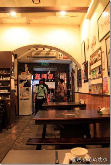 台南【酒河豚】居酒屋的店內裝潢。