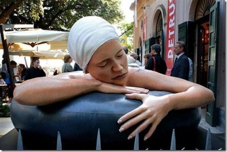 Carole-Feuerman-moça-com-boia-gigante