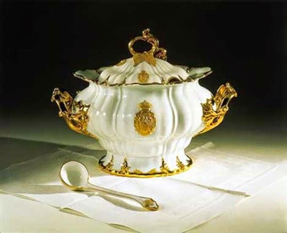 Pieza del servicio que usaba la Emperatriz diariamente en Schönbrunn, decorada con algunos motivos vegetales