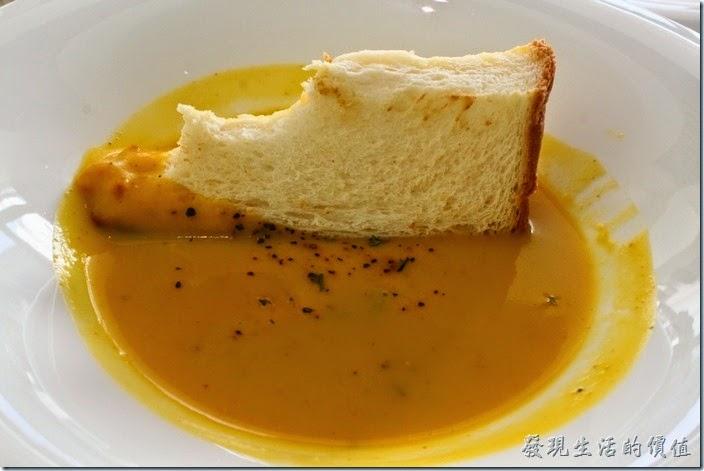 台南-L B_Coffee綠色咖啡廳。把蒜味麵包和著南瓜濃湯一起食用,別有一番滋味,但蒜味會被蓋過去,所以如何取捨就要自己決定了。