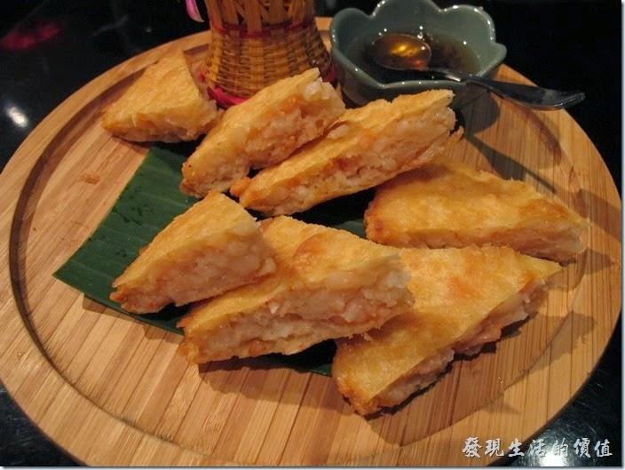 台北-香米泰國料理。月亮蝦餅。蝦餅的厚度比一般餐廳來得厚,也可以吃到整隻真材實料的蝦子,不過蝦餅的皮應該可以在酥一點點,沾醬的味道也不夠強烈,沒能把蝦子的鮮甜味道完整的提出來有點可惜。整體而言,個人還是推薦這道菜色。