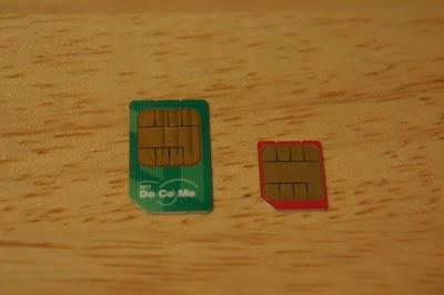 裏側左が標準SIM、右がMicroSIM