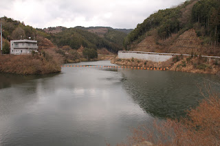左岸よりダム湖を望む