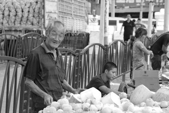 Shanghai - Marché poisson - Le vieux marchand N&b