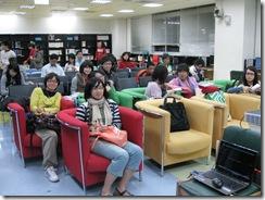 7同學們就座準備看電影
