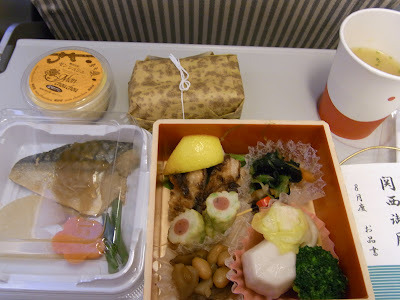往路JALの機内食。お弁当形でした。さすが美味しいねー。機内食にお金かけていらん、と思いつつ、美味しく完食。