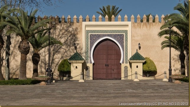 Puerta lateral del Palacio Real