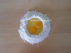 lcdr uova nella fontana di farina sul tagliere