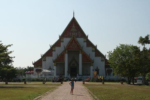 Lynette outside the Vihara that houses Pra Mongkhon Bophit.
