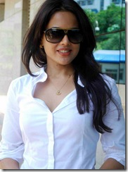 sameera-reddy-smiling photo