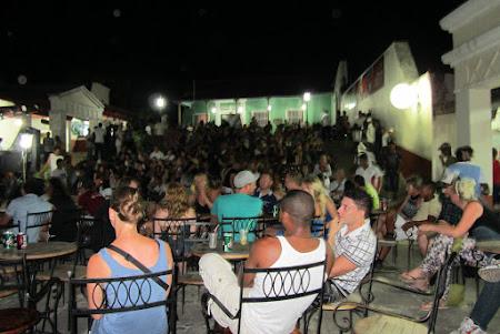 Casa de la musica - sute de spectatori pe strazile din Trinidad
