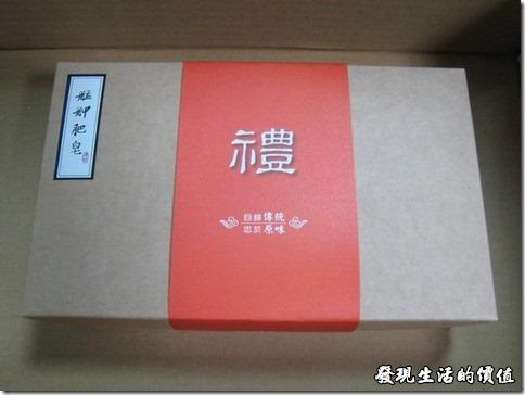 艋舺肥皂。前天訂購的「艋舺肥皂」手工肥皂禮盒,隔天就到貨了。買禮盒的原因是比價便宜啦!因為單買一塊手工皂要NT250,而禮盒裡面有三塊手工皂,只要NTD680~NTD710的價錢。