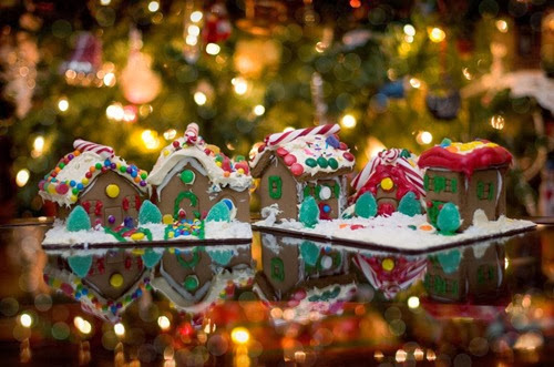 187630__holiday-new-year-christmas-tree-garland-lights-mood-food-gingerbread-houses_p