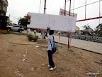 Au lendemain des élections présidentielle et législatives à Matadi (Bas-Congo), un élève emporte l'isoloir à la fin du scrutin du 28 novembre 2011. Radio Okapi